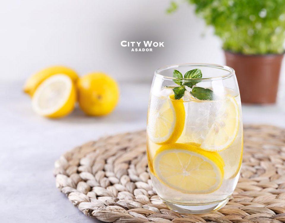 ¿Para qué sirve y para qué no el agua con limón?
